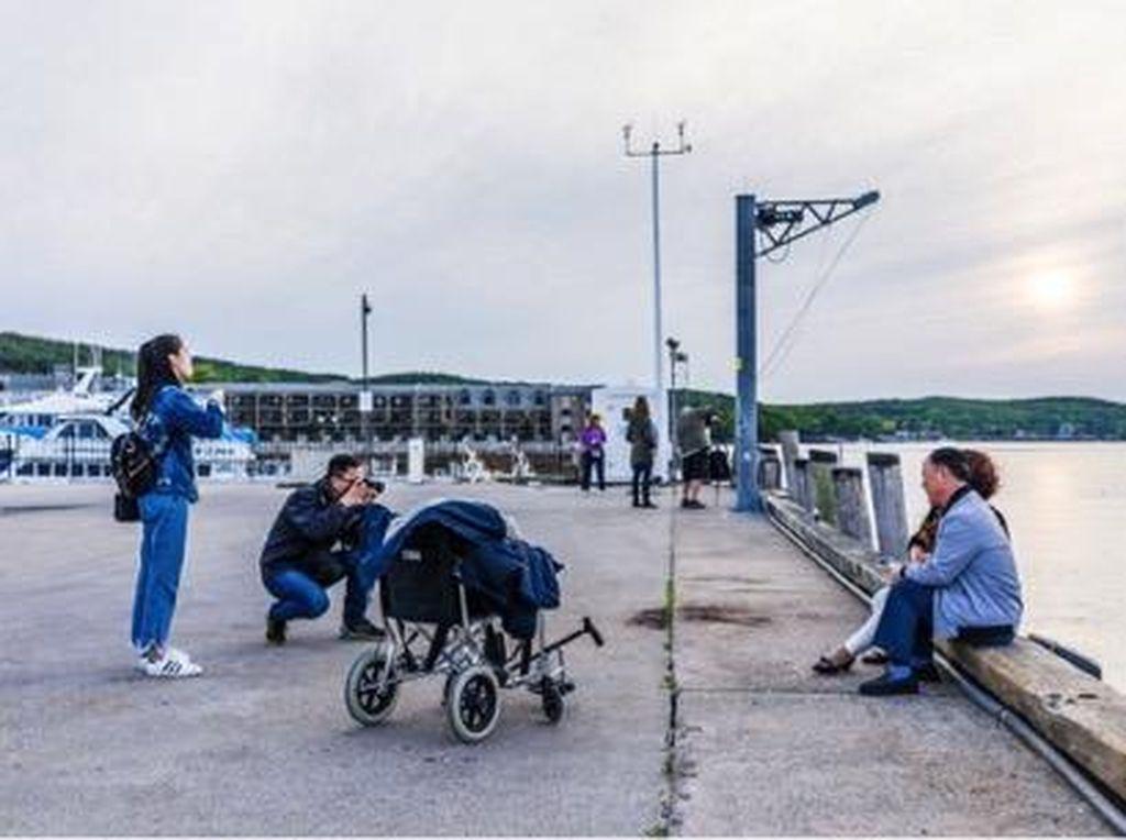 Meski Pakai Kursi Roda, Orang Tua Juga Bisa Diajak Traveling