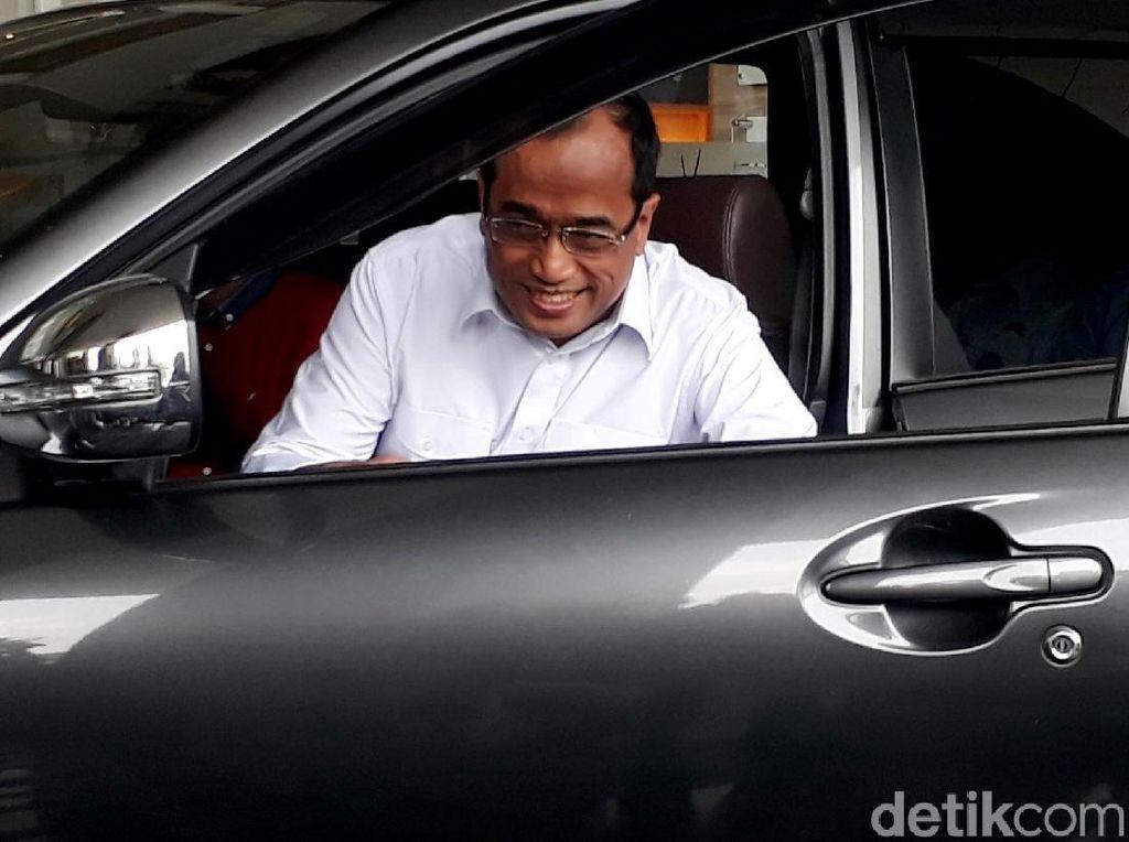 Naik Taksi Online, Menhub Semringah Banget