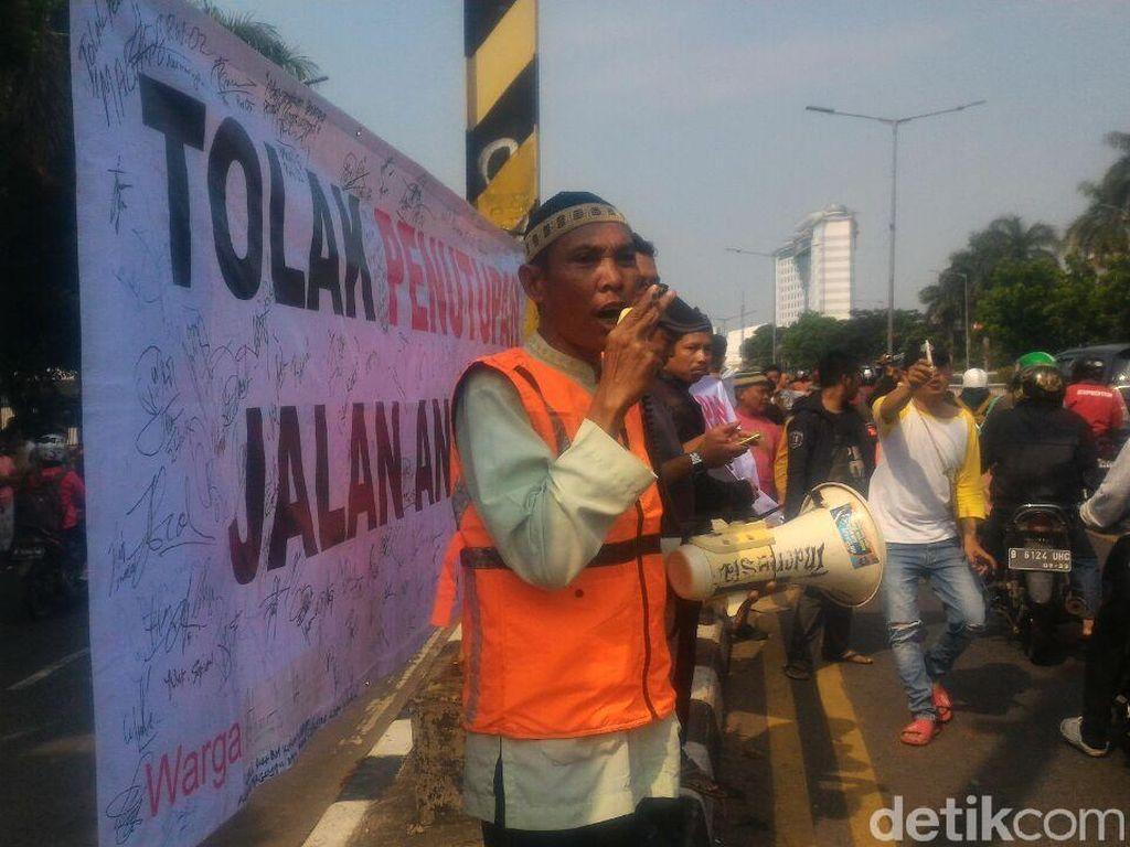 Warga Protes Penutupan Perlintasan Kereta di Jalan Angkasa Kemayoran
