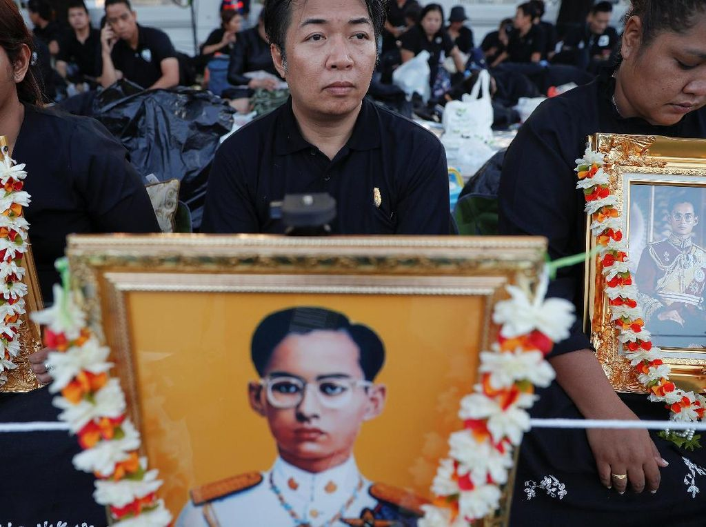Demi Hadiri Kremasi Raja Bhumibol, Warga Thailand Menginap di Jalanan