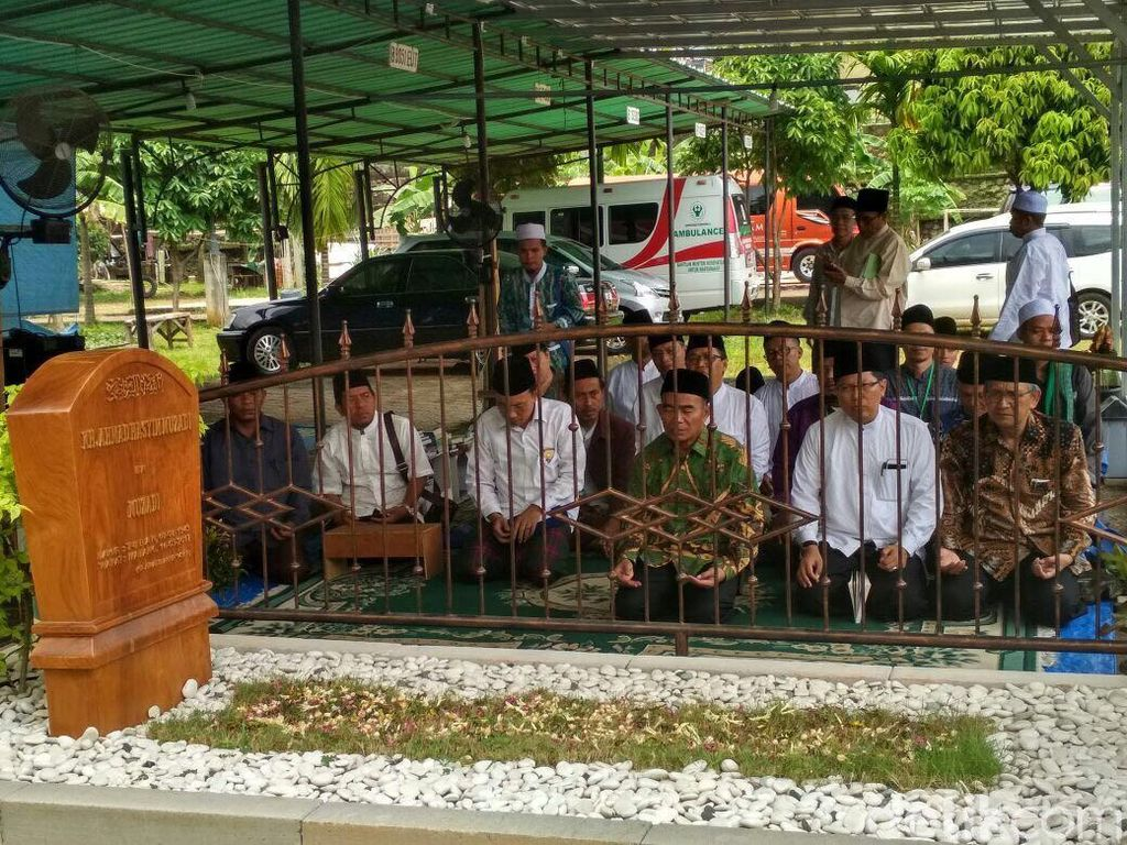 Mendikbud Ziarah ke Makam Hasyim Muzadi