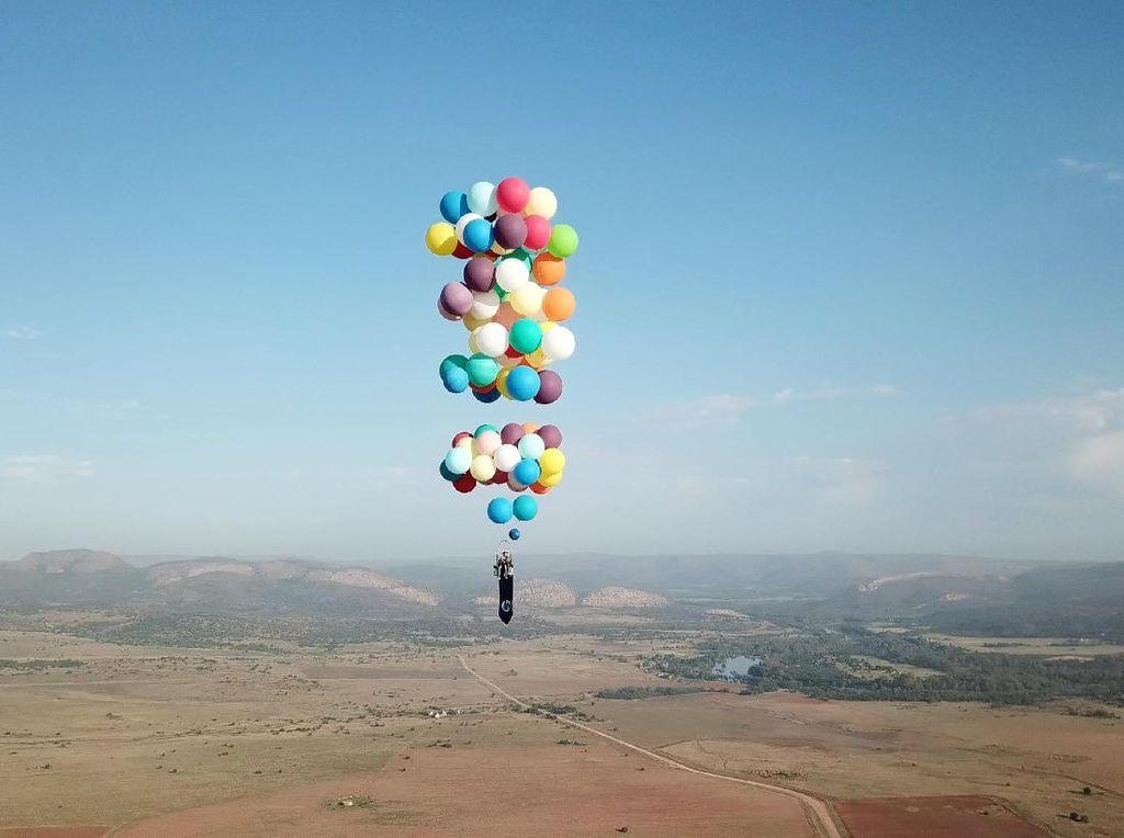 Momen Menakjubkan Saat Pria Terbang dengan Balon Bak Film Up