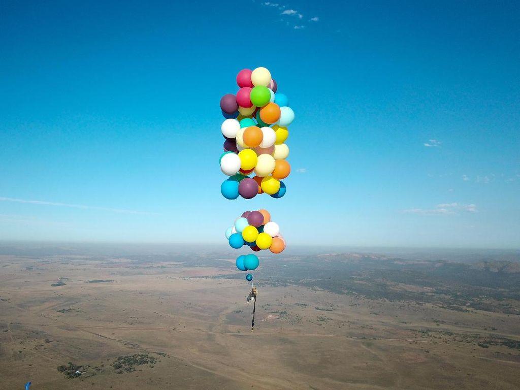 Bagai Film Up, Pria Ini Terbang dengan 100 Balon Lintasi Afrika