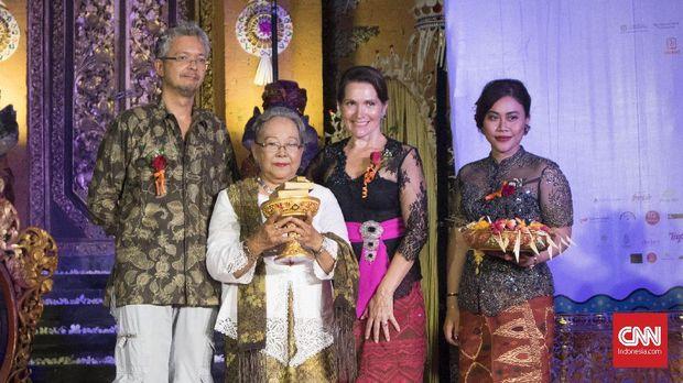 Ditemani putranya Pierre Coffin novelis Nh Dini menerima penghargaan Lifetime Achievement Award dari Ubud Writers and Readers Festival 2017, yang dianugerahkan Janet DeNefee, Rabu (25/10) malam.