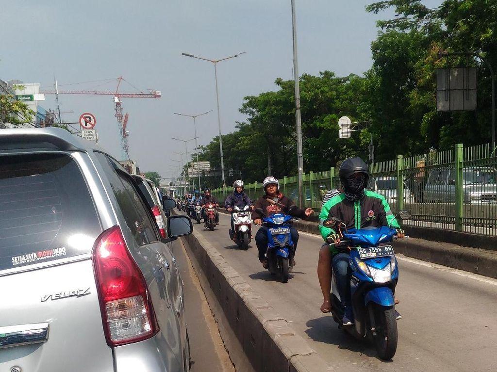 Terjadi Lagi, Motor Lawan Arah di Busway Pasar Rumput