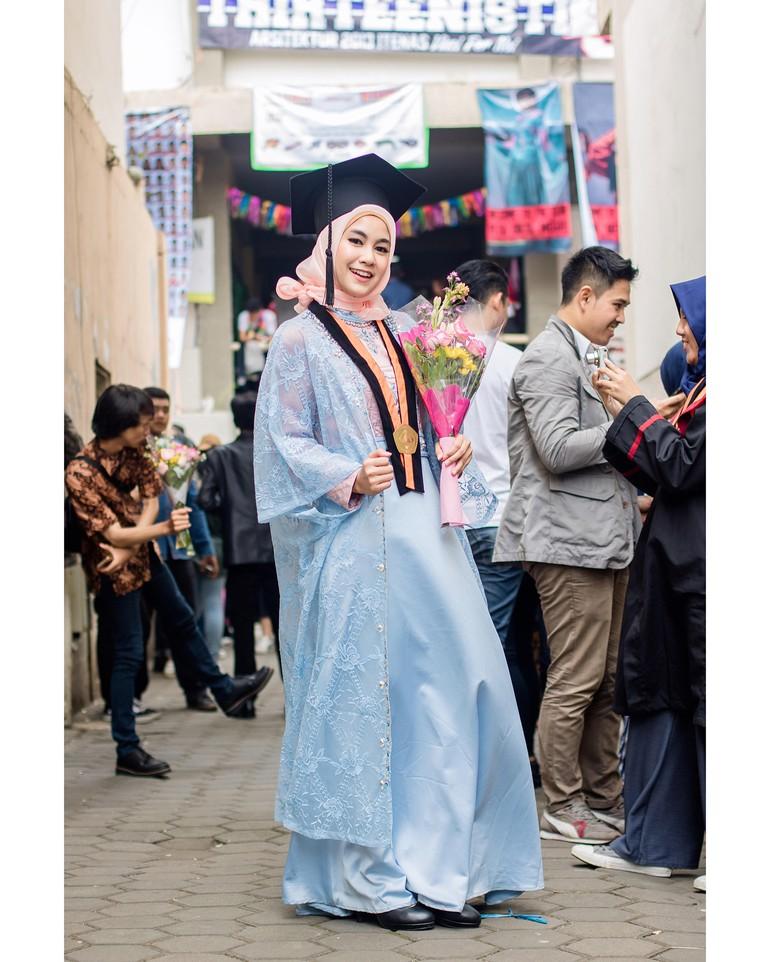 Tak Pakai Kebaya Ini Inspirasi Gaya Hijab Wisuda Ala Anisa Eks