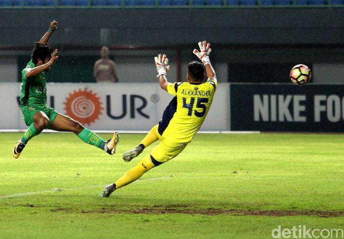 Laga Bhayangkara versus Persela Lamongan dihelat di Stadion Patriot Bekasi, Jumat (27/10/2017).