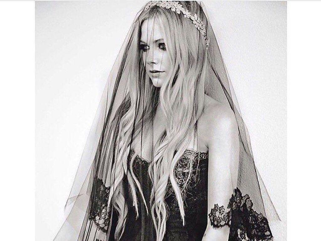 Foto: Berani Beda, 12 Seleb Ini Pakai Gaun Anti-mainstream Saat Menikah