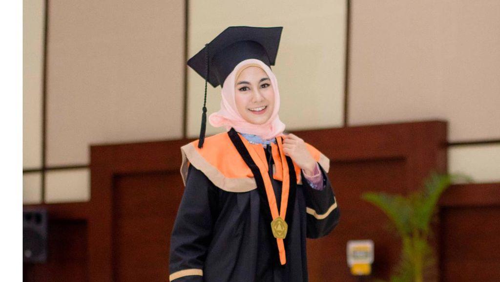 Tak Pakai Kebaya, Ini Inspirasi Gaya Hijab Wisuda ala Anisa Eks Cherrybelle