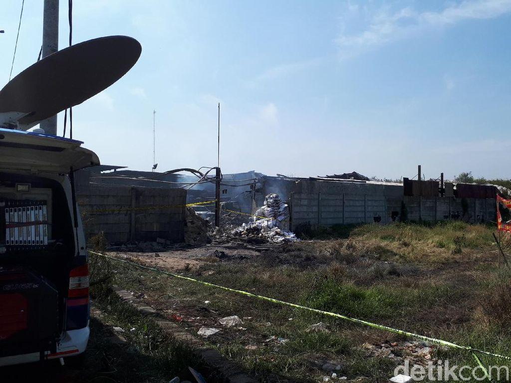 Pagi Ini, Asap Masih Terlihat di Lokasi Ledakan Pabrik Petasan