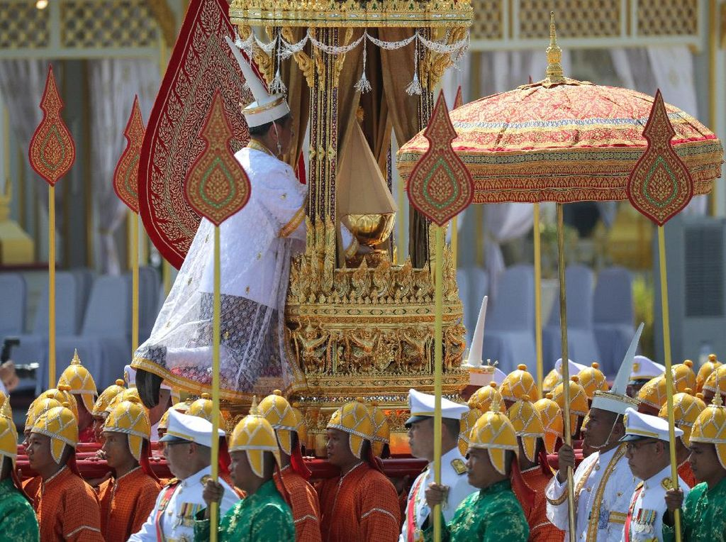 Usai Dikremasi, Abu Raja Bhumibol Dibawa ke Istana Bangkok
