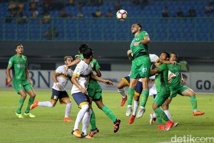 Bhayangkara sukses memetik kemenangan setelah mengalahkan Persela Lamongan 3-1 di Stadion Patriot Candrabhaga, Jumat (27/10/2017) malam WIB.