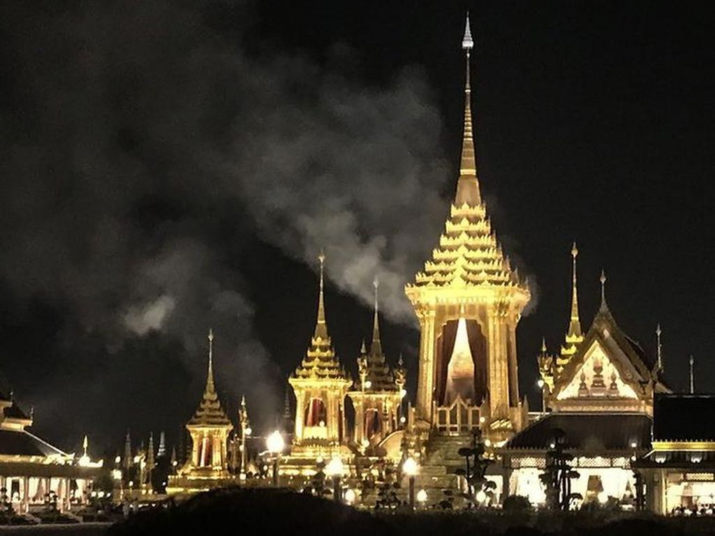 Melihat Suasana Prosesi Kremasi Raja Thailand