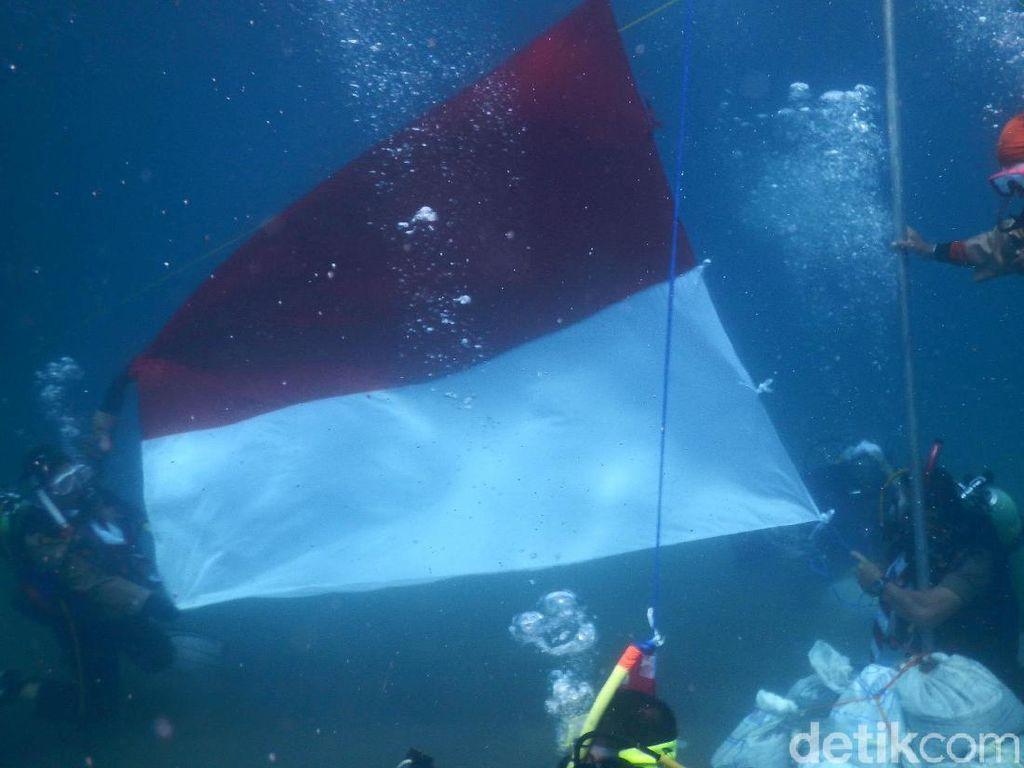 Hari Sumpah Pemuda, Pramuka Kibarkan Bendera dari Dasar Laut