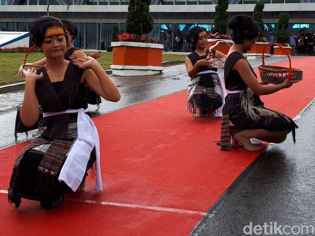 Meriahnya Tari Tortor Sambut Penumpang Rute Singapura-Silangit