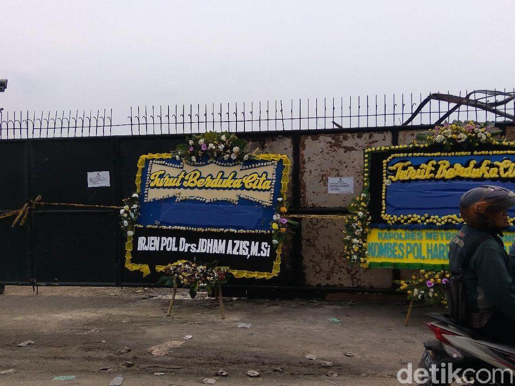 Ada Karangan Bunga dari Kapolda Metro di Depan Pabrik Kembang Api