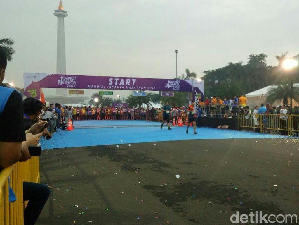 Kibarkan Bendera, Sandi Resmi Buka Jakarta Marathon 2017