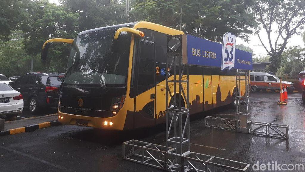 UI Pamer Bus Listrik di Mal