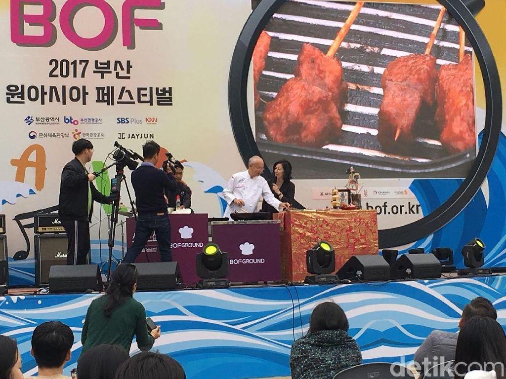 William Wongso Meracik Nasi Goreng di Busan One Asia Festival