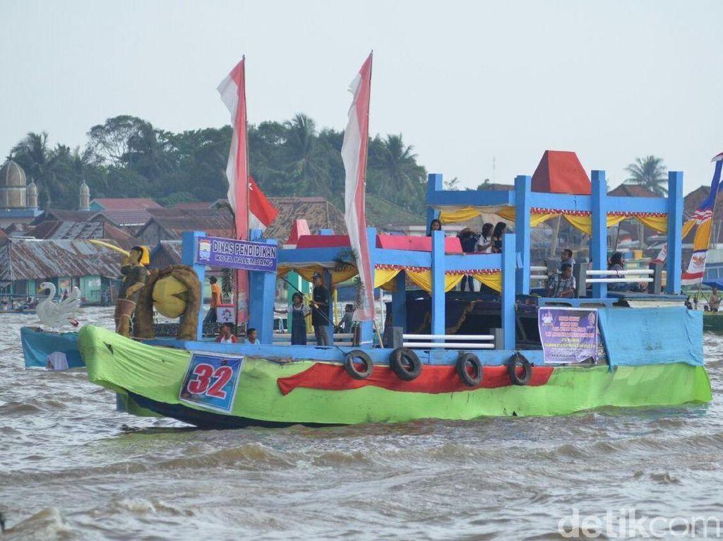 Peringati Sumpah Pemuda, Warga Lomba Perahu Hias dan Bidar di Musi