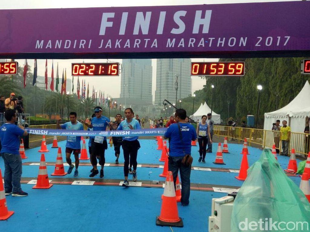 Tempuh 21 Km, Sandi Tiba di Garis Finis Jakarta Marathon 2017