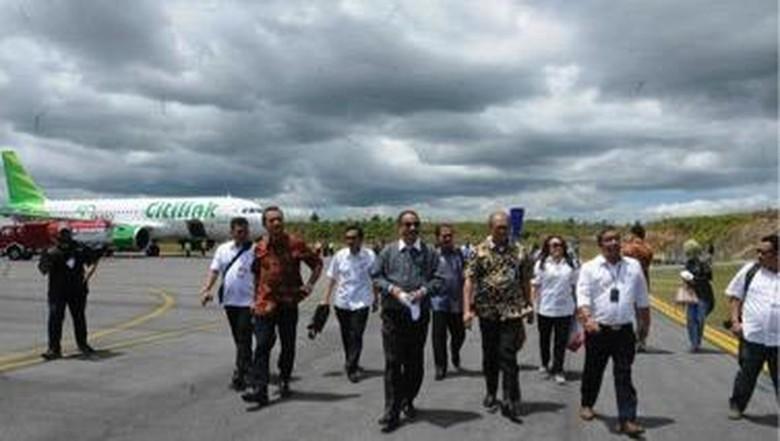 Menteri Pariwisata Arief Yahya dikala menyaksikan pendaratan dua pesawat di Bandara Silangit (Foto: dok. Kemenpar)