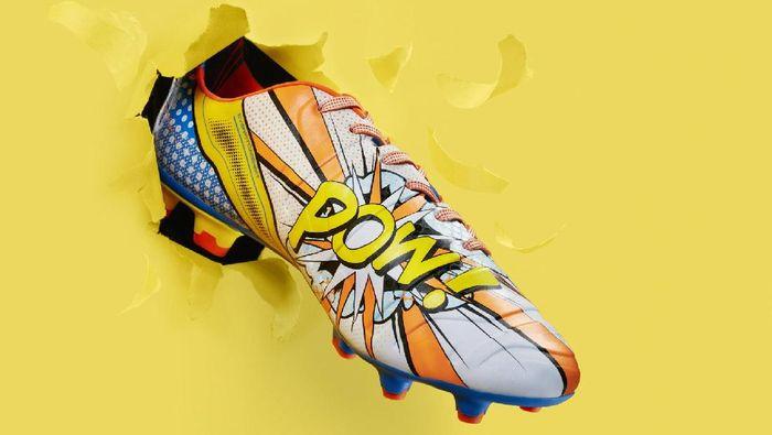 PUMA pernah mengeluarkan sepatu dengan desain Pop-Art, terinspirasi karya-karya Roy Lichtenstein. Sepatu dari jenis evoPower 1.2 ini dikenakan oleh pemain-pemain seperti Mario Balotelli, Cesc Fabregas, dan Olivier Giroud pada 2015 lalu. (Foto: internet)
