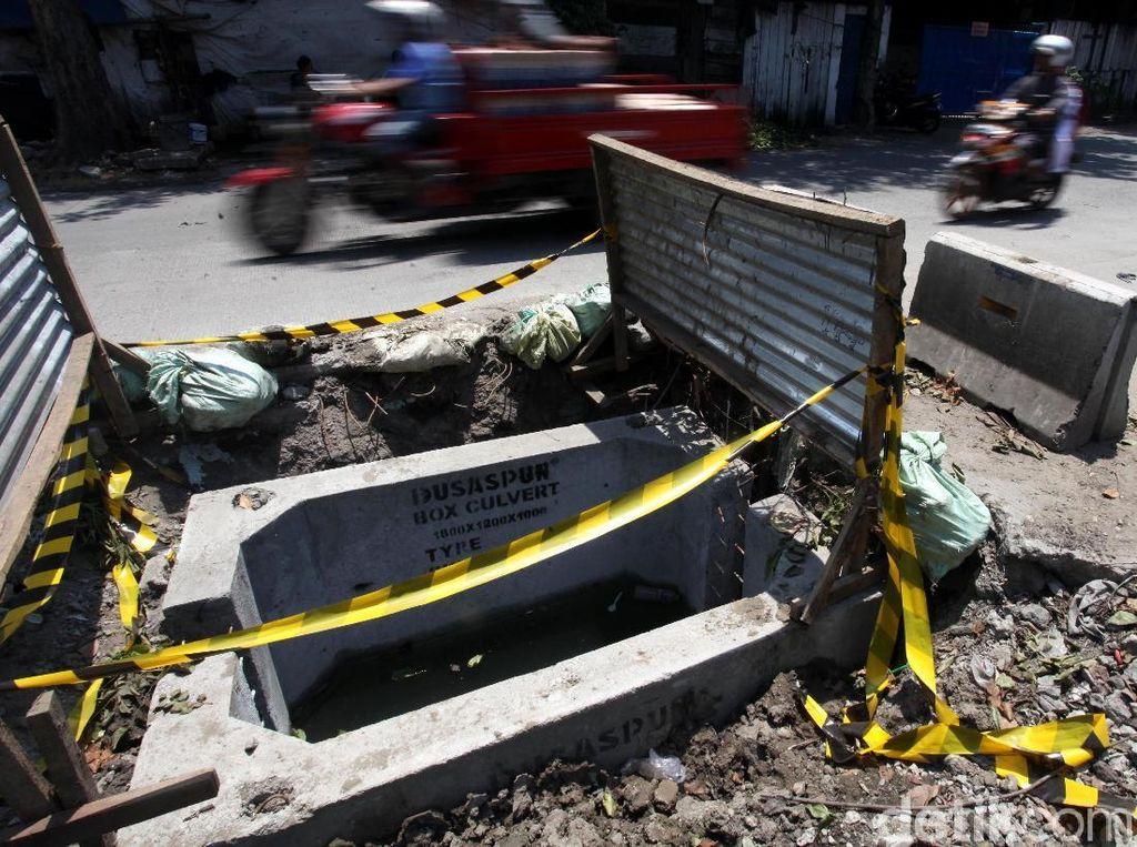 Begini Lubang Menganga di Lodan Raya yang Bahayakan Pengendara