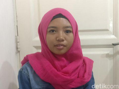 Maya (19) salah satu pasien yang dibuatkan mata palsunya oleh Ridwan.