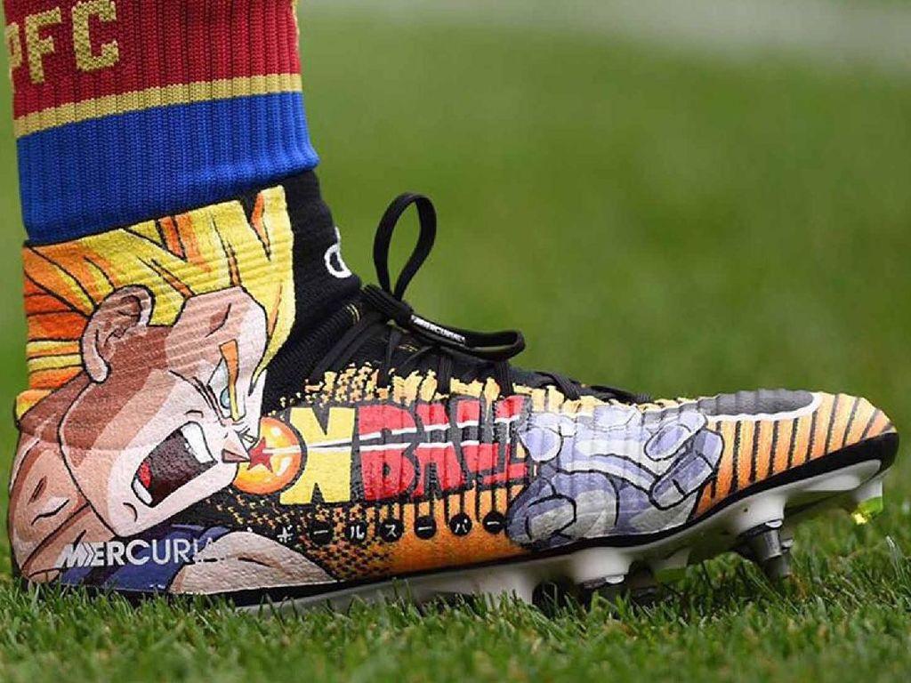 Sepatu-Sepatu Bola Eksentrik: Bergambar Dragon Ball hingga Bertabur Swarovski