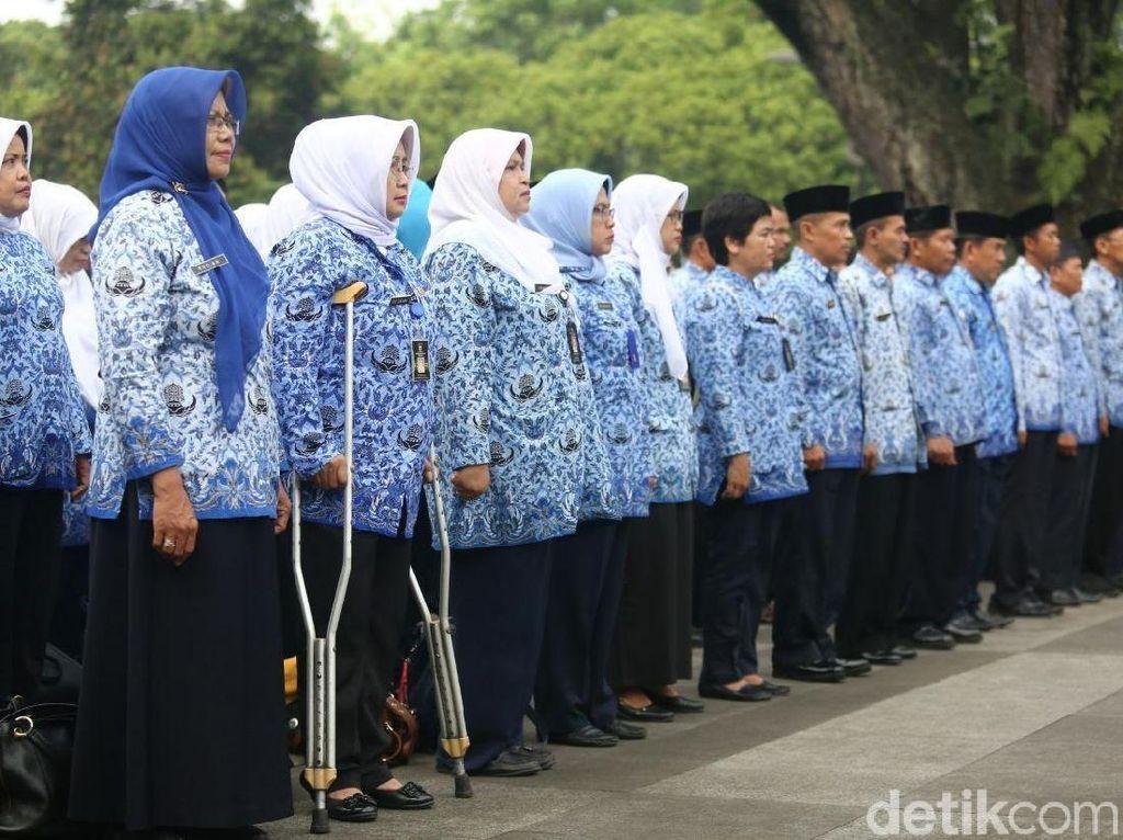 Salut, PNS Pemkot Bandung Ini Ikut Upacara Meski Kakinya Bertongkat