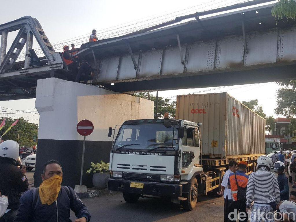 Tertabrak Truk Kontainer, Jembatan Rel Kereta di Malang Bergeser