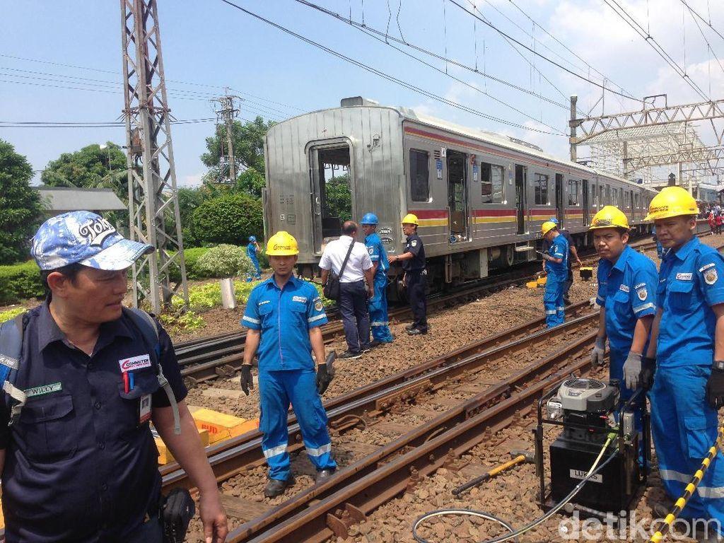 Petugas Evakuasi Gerbong KRL yang Anjlok di Stasiun Jatinegara