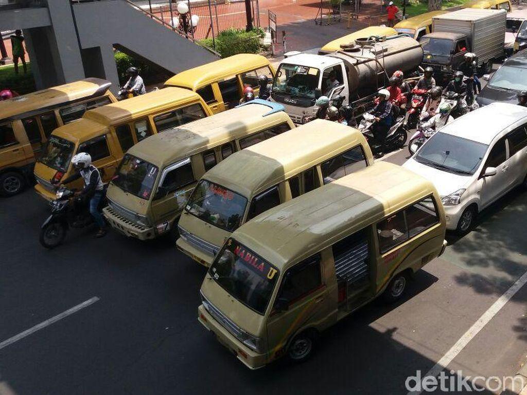 Kota Surabaya Digoyang Unjuk Rasa Sopir Angkot dan Buruh