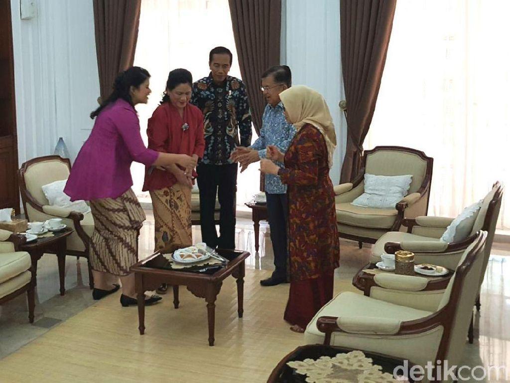 Foto: Jokowi Serahkan Undangan Pernikahan Kahiyang ke Wapres JK