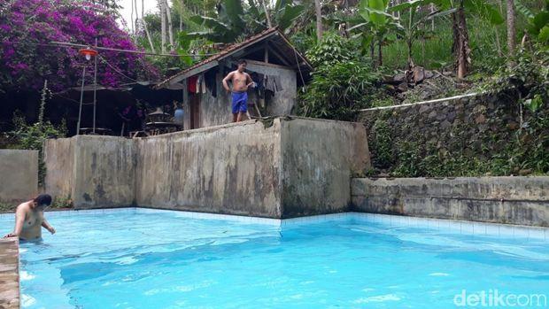 Kolam renang ini terletak di kaki Gunung Manglayang