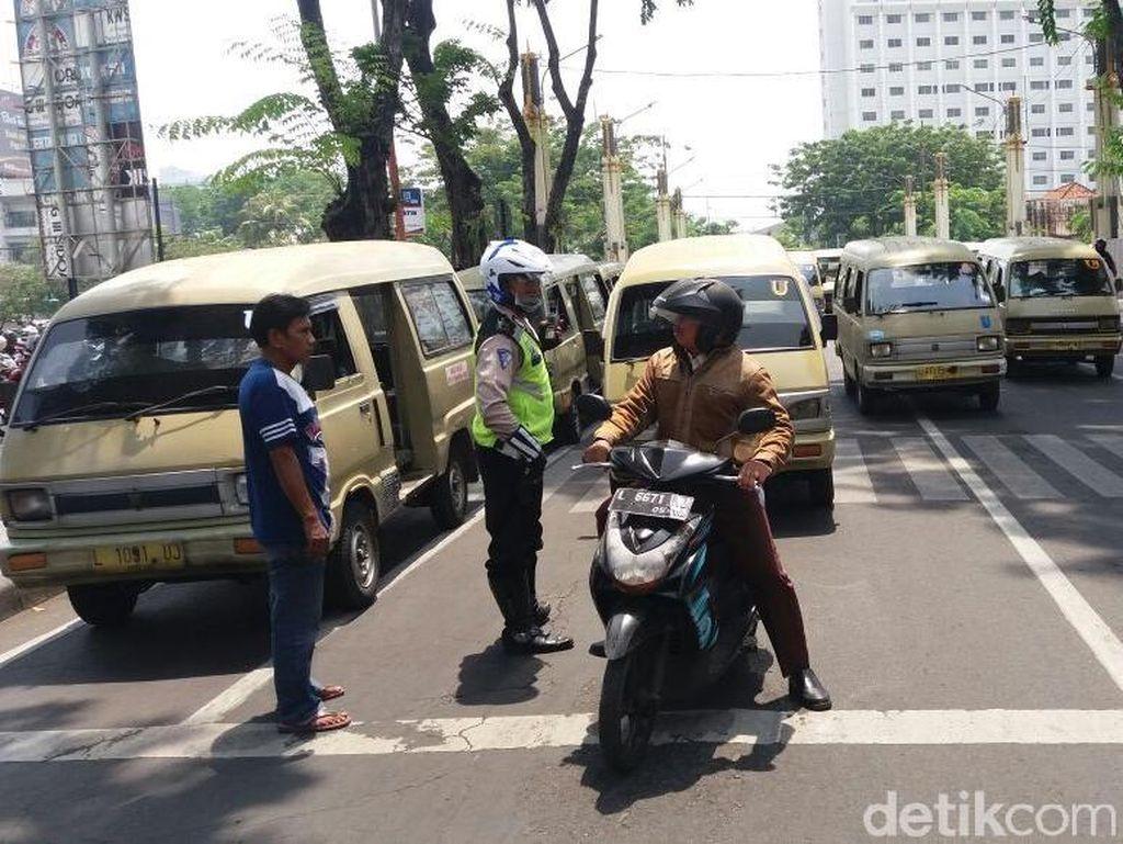 Sopir Angkot Demo Taksi Online, Pusat Kota  Surabaya Macet Parah