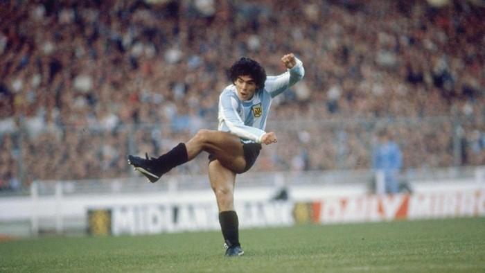 1985:  Diego Maradona of Argentina in action during a match.  Mandatory Credit: Allsport UK /Allsport