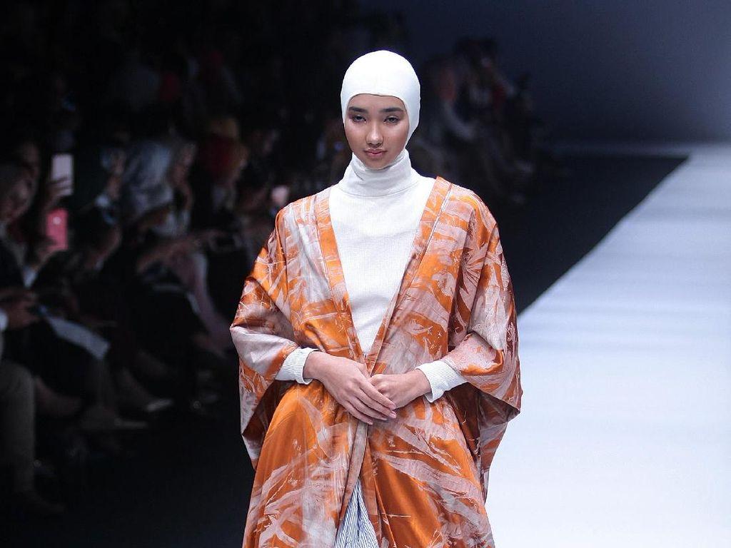 Foto: 12 Koleksi Terbaru Busana Muslim Norma Hauri di JFW 2018