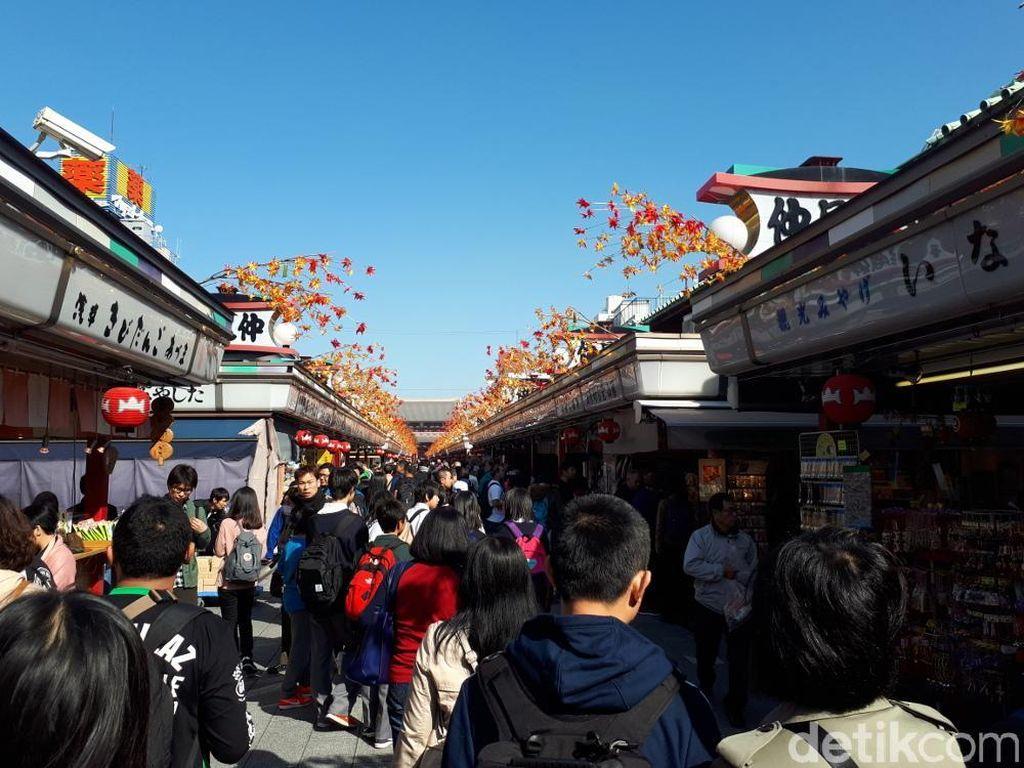 Pusat Oleh-oleh di Kuil Tertua Jepang Pakai CCTV