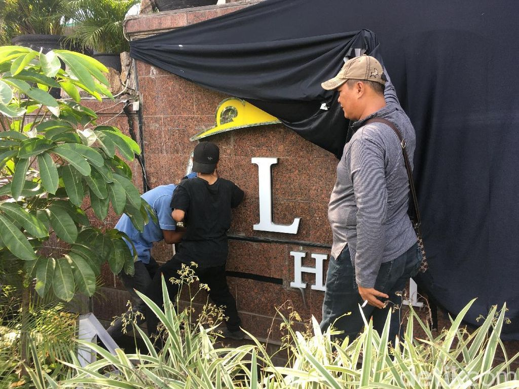 Foto:  Melihat Lebih Dekat Plang Hotel Alexis Dipreteli Petugas