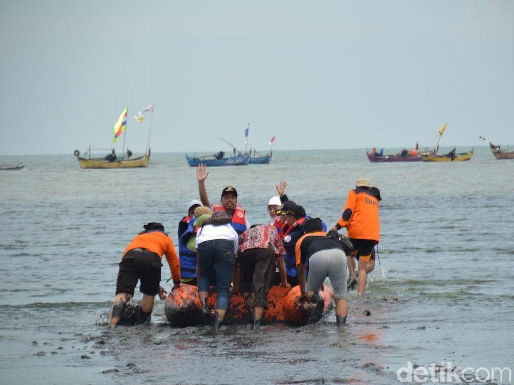 Saat Bupati Rembang Nyebur ke Lumpur Pantai Wates yang Bau Tahun Lalu