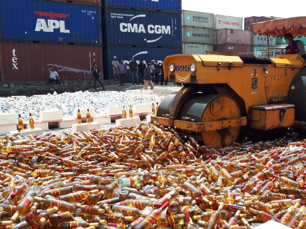 15.360 Botol Miras Impor Dimusnahkan Bea Cukai Tanjung Perak
