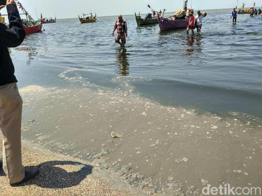 Miris! Air Laut di Pantai Wates Rembang Ini Hitam dan Bau Busuk