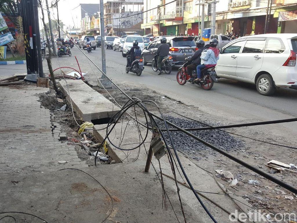 Kabel Semrawut Penuhi Jalan Soehat Malang, Milik Siapa?