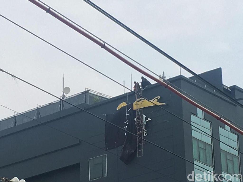 Foto: Melihat Proses Pembongkaran Plang Hotel Alexis
