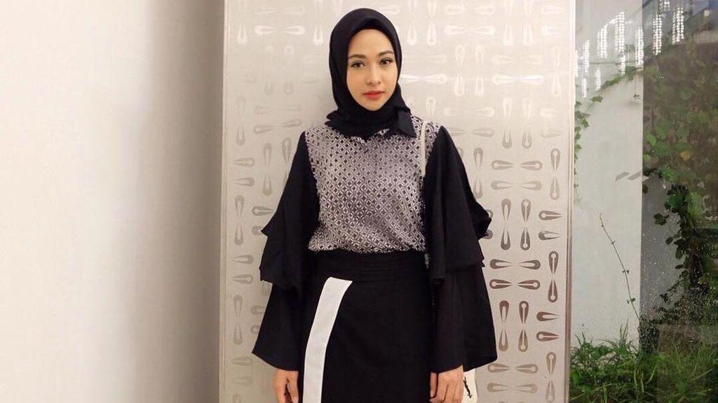 Foto: 10 Gaya Hijab Selebriti yang Stylish dengan Rok Panjang