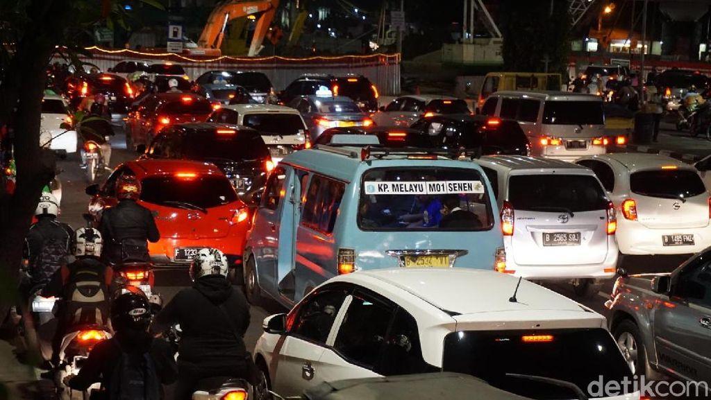 Belum Kantongi Amdal Lalin, Begini Kemacetan di Underpass Matraman
