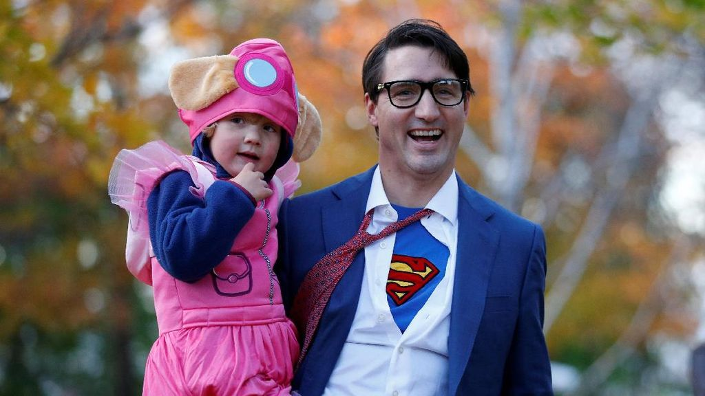 Gaya PM Kanada Trudeau Berkostum Clark Kent Saat Halloween