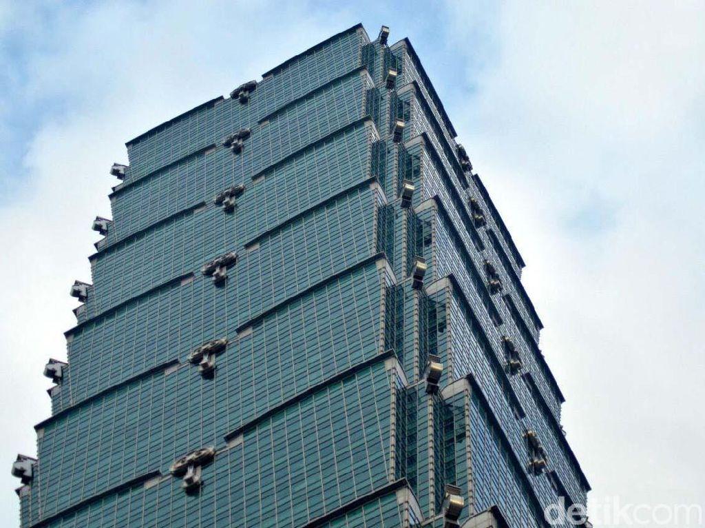 Memanjat Gedung Setinggi 500 M di Tengah Kota Taipei